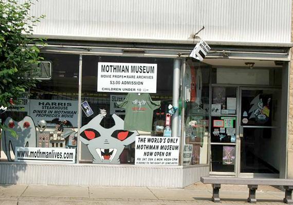 Míg sokan a halál angyalának vagy épp segítőnek tartják a molyembert, mások mutáns lénynek vagy földönkívülinek. Egy azonban biztos, Point Pleasantben valódi kultusza lett: a képen a neki szentelt múzeum látható.