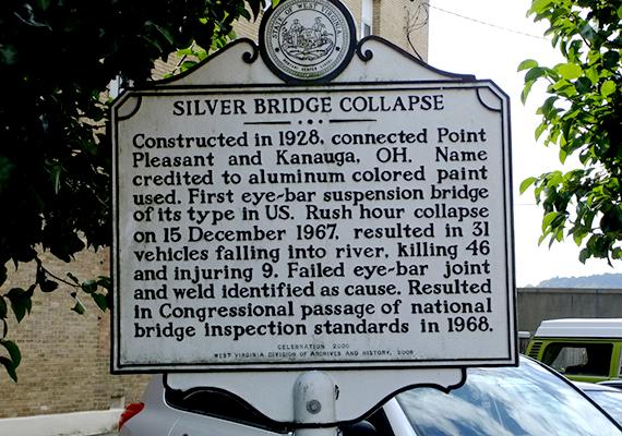 Sokan vélték úgy, hogy a molyember okozta a tragédiát, mások szerint azonban épp azért jelent meg olyan gyakran, hogy figyelmeztesse a helyieket a közelgő csapásra. A képen látható tábla a híd összeomlásának állít emléket.