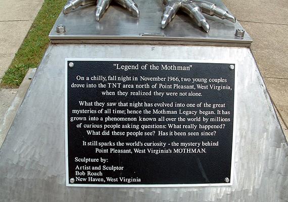 A szobor talapzatán is olvasható a történet.