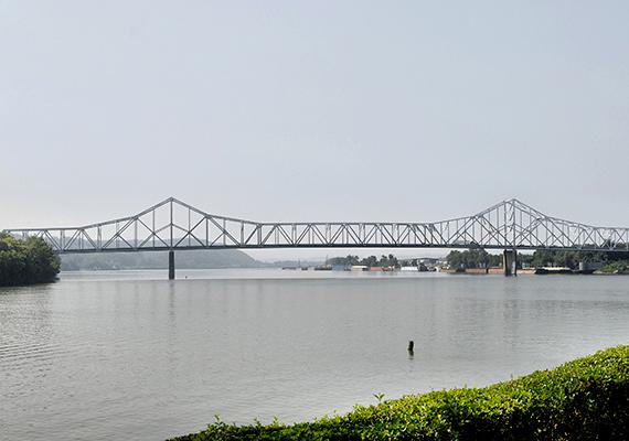 A régi híd helyére mára újat emeltek: a képen a Silver Memorial Bridge látható.