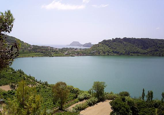 Az Olaszországban található Avernói-tóról a római időkben hitték, hogy az alvilág bejáratát jelenti. Vergilius Aeneasa is a krátertó mellett található barlangon keresztül ereszkedett le az alvilágba.