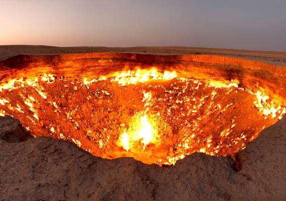 A Közép-Ázsiában található Türkmenisztánban, a Karakum-sivatag szívében található a máig lángoló Darvaza-kráter, melyet nem hivatalosan, de széles körben neveznek a pokol bejáratának. 1971-ben geológusok végeztek fúrásokat a helyszínen, minek során gázokkal teli, föld alatti barlangra bukkantak. A barlang beomlott, a gázok kiáramlását pedig elégetésükkel szerették volna megakadályozni. A tüzet máig nem sikerült eloltani. Még több képért kattints ide!