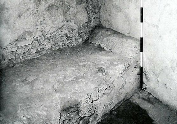 Ilyen kőből készült ágyakon fogadták az örömlányok a vendégeiket.