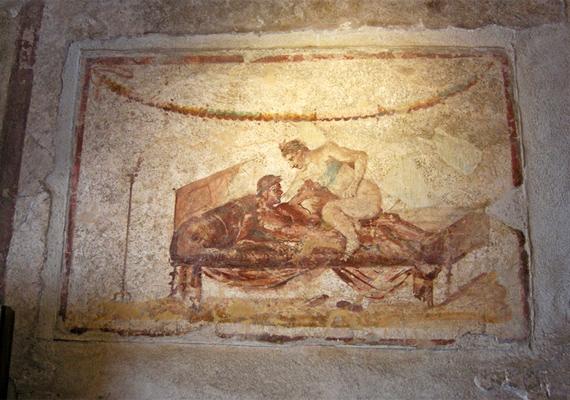 A hely tele van erotikus témájú festményekkel, melyek egyáltalán nem rejtik el a részleteket.