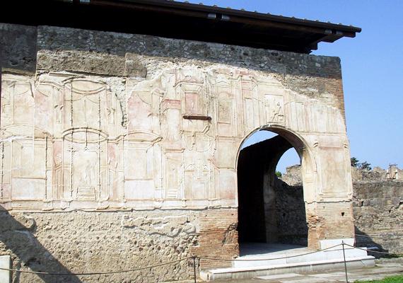Íme, a bordély bejárata. Kívülről nem látszik, hogy az épület milyen szerepet töltött be a helyi lakosság életében.