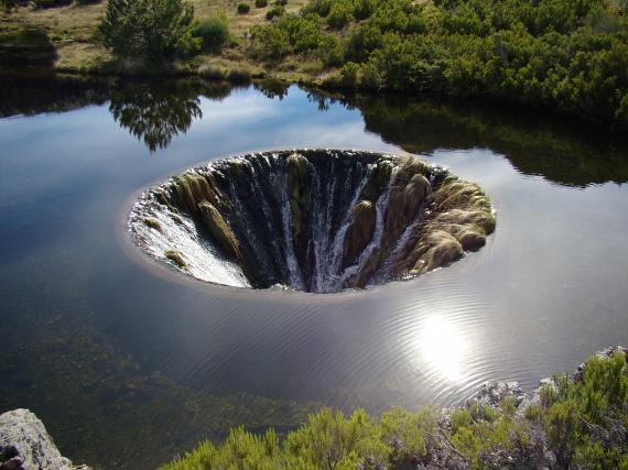 Közelebbről nézve a lyuk egy hatalmas örvényhez is hasonlít, melynek peremén látványos vízesések figyelhetőek meg. Az ámulatba ejtő látványosság megszületése azonban nem cél nélkül történt.