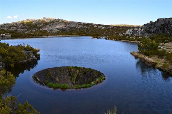 A Covão dos Conchos távolabbról egy óriási víznyelőhöz hasonlít, mások dimenziókaput látnak benne, vagy a Föld középpontjába vezető titkos alagutat, a nem mindennapi képződmény azonban egyfajta túlfolyóként működik a természetben.