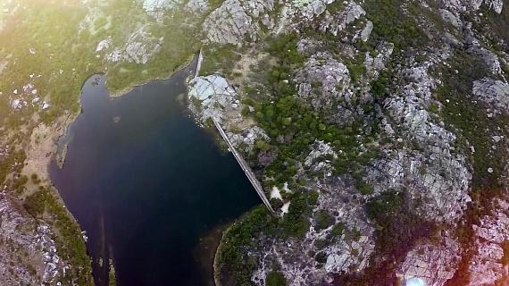 Talán nem meglepő, hogy a lyuk csak a kezdet: az építmény belsejében több mint másfél kilométeres alagút tátong, amely a Ribeira das Naves elnevezésű folyóból érkező vizet a Lagoa Compridába vezeti el.