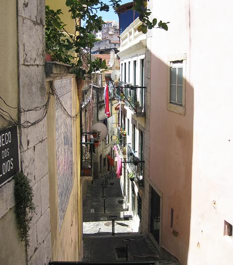 Tipikus utca az Alfama negyedben. Lisszabon legrégebbi kerületében könnyű eltévedni a sok girbegurba utcácska labirintusában. Szerencsére az emberek kedvesek, és szívesen segítenek az eltájolt turistáknak.Kapcsolódó cikkek:4 hely, amit életedben egyszer látnod kell! - Szerintünk »