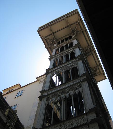 A Santa Justa felvonó alulról. Az 1900 és 1902 között épült lift arra szolgál, hogy a Baixa negyedből a sokkal magasabban fekvő Chiado negyedbe juttassa a lisszaboniakat.Kapcsolódó cikk:3 meseszép hely, amit látnod kell, mielőtt meghalsz! »