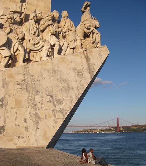 Tengerész Henrik, bár másodszülött lévén sohasem ült Portugália trónján, rengeteget tett a portugál gyarmatbirodalom létrehozásáért. Felfedezőket és tengerészeket pénzelt, seregeket küldött az új területek meghódítására. Brazília, Mozambik, Angola mind portugál gyarmat volt.Az emlékmű Henrik 1460-ban bekövetkezett halálának ötszáz éves évfordulójára készült.Kapcsolódó cikkek:3 meseszép tengerparti úti cél Görögországban »
