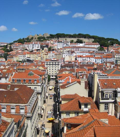 Lisszaboni látkép a várral a kilátó tetejéről. A város jól tervezett, egyenes utcái az 1755-ös földrengés után épültek. A katasztrófa során szinte egész Lisszabon megsemmisült. A gyors újjáépítésnek köszönhetően a város nagyon egységes képet mutat.