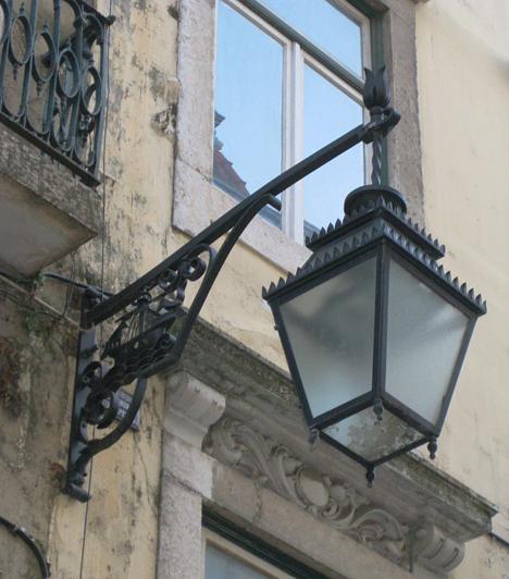 A portugál hajós nemzet. Erre emlékeztet a minden utcalámpába beépített pici vitorlás, ami fémhullámokon úszik.