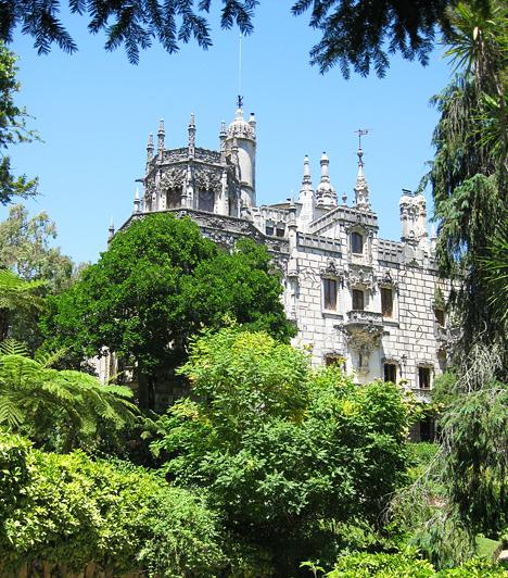 A Lisszabontól 30 km-re található Sintra igazi kis meseváros. Egyik legfőbb látványossága a Quinta da Regaleira birtok. A kastély és a kert az 1900-as évek elején épült. Tele van barlangokkal, kilátókkal, alagutakkal. Egy brazil milliomos, António Augusto Carvalho Monteiro építtette, aki az ezotéria nagy rajongója volt, hiszen számos misztikus utalással találkozhat a látogató a kert bejárása során.Kapcsolódó képgaléria:A világ legszebb kertjei »