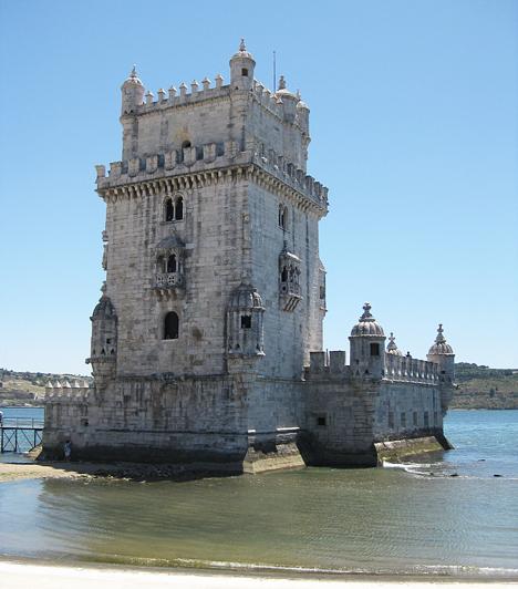 A Torre de Belém régen egy kis szigeten állt, és Lisszabont védte a kalózoktól. A földrengés után megváltozott a Tejo folyásiránya, így a torony a város részévé vált. Az erődítményt azonban továbbra is csak pallókon lehet megközelíteni.