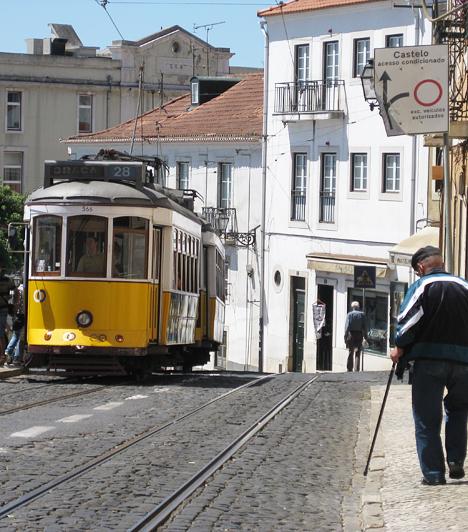 A sárga villamos Lisszabon egyik jelképe. Az egyetlen kocsiból álló járművekkel az egész óvárost be lehet járni. Ajánlatos is, hiszen a hét dombra épült Lisszabonban sok a kaptató.