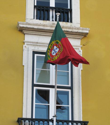 A portugálok nagyon büszkék országukra és történelmükre. Sok helyen lobog a házak ablakában a zöld-piros zászló.Kapcsolódó cikk:A világ 4 legnépszerűbb úti célja »