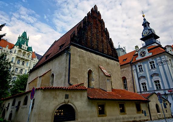 A Moldva két partján fekvő város történelme szorosan kötődik a zsidóságéhoz, itt található például Európa legnagyobb és legrégebbi zsidó temetője, de Európa legrégebbi, ma is működője zsinagógája, a Régi-új zsinagóga is. Utóbbihoz kötődik a gólem 1500-as évekből származó legendája is, amely szerint Löw rabbi agyagból és vérből formált meg egy különös, ember alakú lényt, akit életre is keltett, szájába varázserejű papírt helyezve.