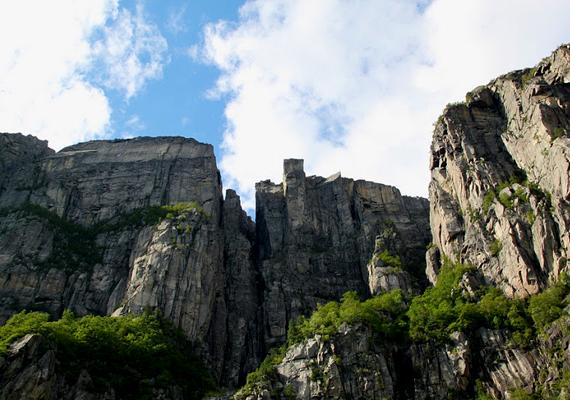 2013 októberében egy spanyol turista a mélybe zuhant, mivel azonban hasonló eset korábban nem történt, a hatóságok az öngyilkosságot sem zárják ki.