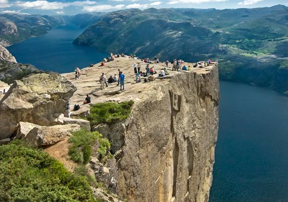 A Preikestolen Norvégia nyugati részén, a Ryfylke régióban található, a szépséges Lysefjord fölött.