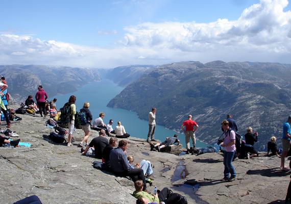 Általában nagy a tömeg, a látogatók pedig igen vakmerőek, sokan szeretnek közvetlenül a szikla pereménél fotózkodni.