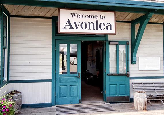 Bár a Prince Edward-szigeteki Avonlea a valóságban nem létezik, 1999-ben Cavendishben létrehozták, mint turistaattrakciót. Bár nem tökéletes másolata a rajongók által ismert helynek, a hangulatot és a kort megidézi, nem beszélve arról, hogy nem csupán újonnan épült házakból áll, de olyan építményeket is magában foglal, melyek mára történelmi örökséggé váltak - ilyen például az 1876-ban épült iskola vagy az 1872-ben épült templom.