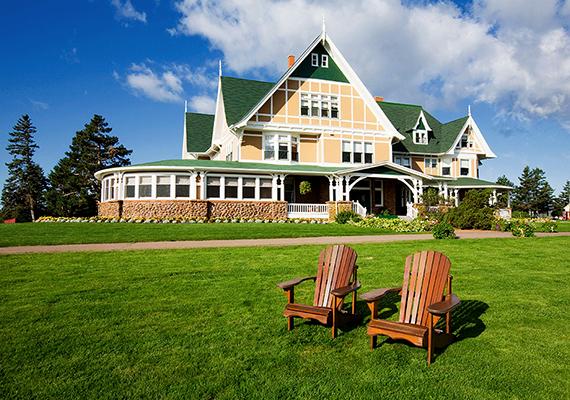 A Dalvay by the Sea nevű hotelben könnyű felismerni a Fehér Homok Szállót. A hely további érdekessége, hogy Vilmos herceg és Katalin is megszállt itt 2011-es kanadai körútjuk során.