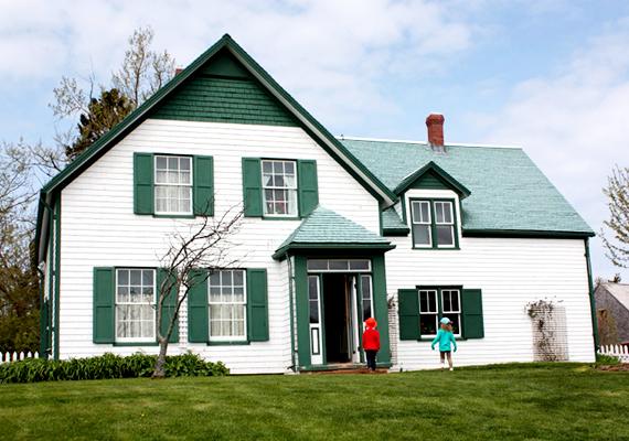 A városkában az a ház is megtekinthető, melyről az írónő a híres Zöld Ormot mintázta.