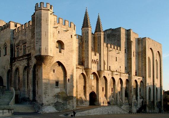 Avignon Provence egyik leghíresebb városa, mely egykor a pápák székhelye volt. A képen a Pápai palota látható.