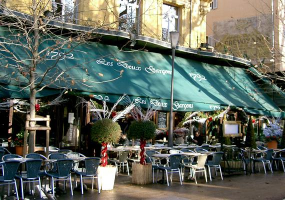Aix-en-Provence volt a fővárosa az egykor önálló Provence-nak. A képen a legendás Les Deux Garçons kávéház terasza látható, mely számos művésznek volt kedvelt tartózkodási helye. Közéjük tartozott Cézanne és Émile Zola is.