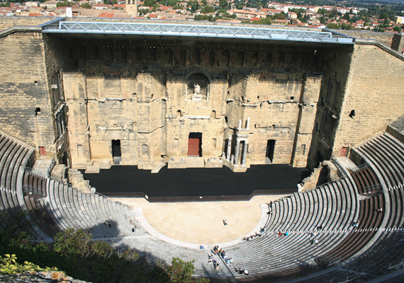 Orange szintén varázslatos hely, egyúttal jelentős római kori műemlékei miatt is kihagyhatatlan. A képen a híres római színház látható.