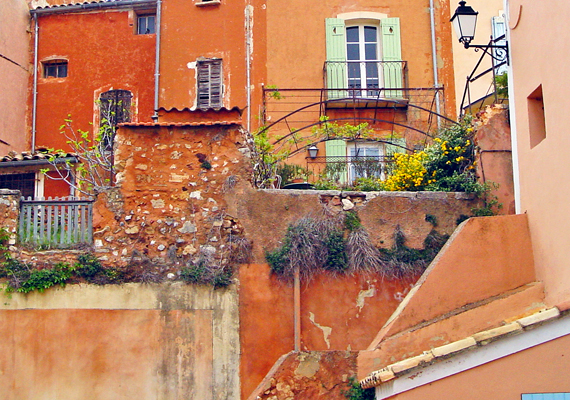 Ha autentikus provence-i kisvárosra vagy kíváncsi, látogasd meg Roussillont, amely a közeli okkerbányáknak köszönhetően a környék legszínesebb és leglátványosabb települése.