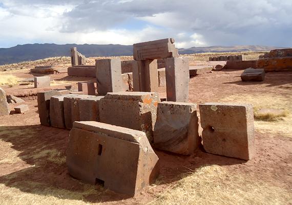 Pumapunka - a szó jelentése puma-kapu - a régészek szerint Tiahuanaco kikötője lehetett, ahonnan csak akkor engedték tovább a városba érkezőket, ha beavatást nyertek. A kikötő funkcióra utalnak a dokkok és a hatalmas móló is.