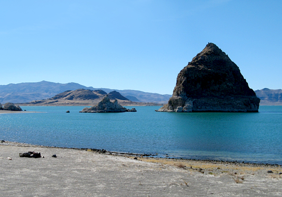Az elnevezés annak köszönhető, hogy a tó furcsa tufaképződményeket tudhat a magáénak, az egyik leglátványosabbnak pedig piramis alakja van.