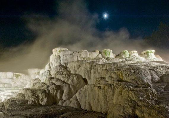 Előszeretettel örökít meg olyan természeti képződményeket, mint például az Egerszalókon található hőforrás és sódomb, melynek közelében wellness-szálloda is található. Nemcsak szépségük, változatos formájuk, hanem e csodák története is érdekli a fotográfust.