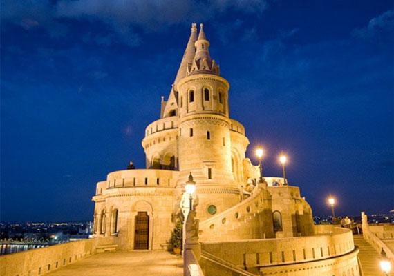 Természetesen hazánk nevezetességeinek megörökítésére is figyelmet fordít. A Parlament vagy a Halászbástya éppúgy szerepel a repertoárban, mint Budapest hídjai.