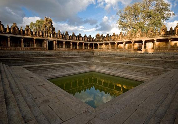 Az indiai Karnátaka állam székhelyére, Bengaluruba - 2006 előtti nevén Bengalor - is ellátogatott. Az itt található pompás épületeket éppúgy megörökítette, mint a helyiek mindennapjait. India arcai címmel további képeket itt találsz.