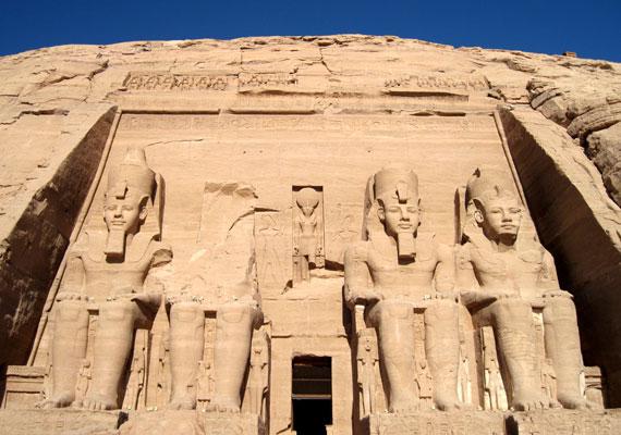 Az Abu Szimbel-i templomok sziklából készült építmények, melyek a Nasszer-tó nyugati partján állnak. Bár az egyiptomi főisteneknek szentelték, valójában arra volt hivatott, hogy II. Ramszesz nagyságát jelképezze. Az építmények 1979 óta kapnak helyet az UNESCO kulturális világörökségek listáján.
