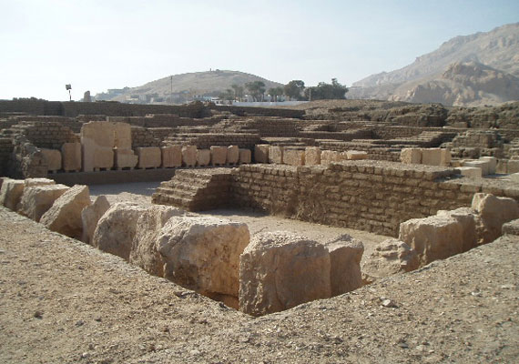 II. Ramszesz Felső-Egyiptomban található egykori palotájának romja közvetlenül a Ramesszeum mellett található, 81 méterrel a tengerszint felett. Rendkívül fényűzőnek számított: a Nílus közelsége lehetővé tette a gyümölcsös- és virágoskertek létrehozását, valamint dísztó és állatkert is tartozott az uralkodó palotájához.