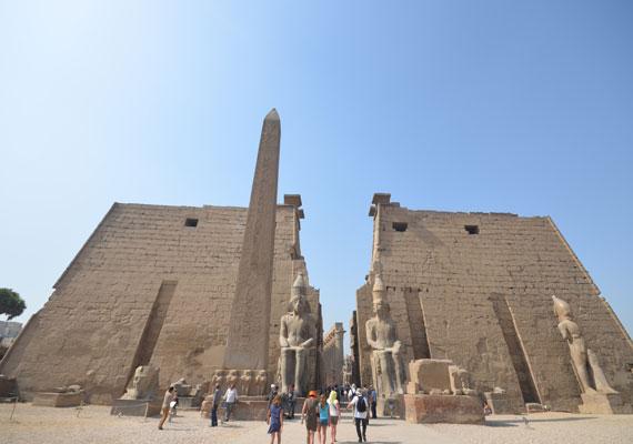 Számos templom építtetése fűződik a nevéhez, de a luxori templomot is ő bővítette. Bár III. Amonhotep uralkodása alatt kezdték el, a későbbi fáraók apró módosításai után II. Ramszesz jelentősen bővítette. Többek között a templom bejáratát is képező pülónnal, mely nem más, mint az ókori egyiptomi templomok monumentális, kettős kapuja.