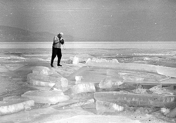 Merész fotós a Balaton jegén, Badacsonynál, 1959-ből.
