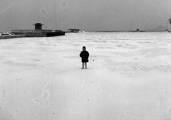 Aprócska alak a hatalmas jégmezőn. A fotó 1937-ben készült Balatonföldvár kikötőjében.
