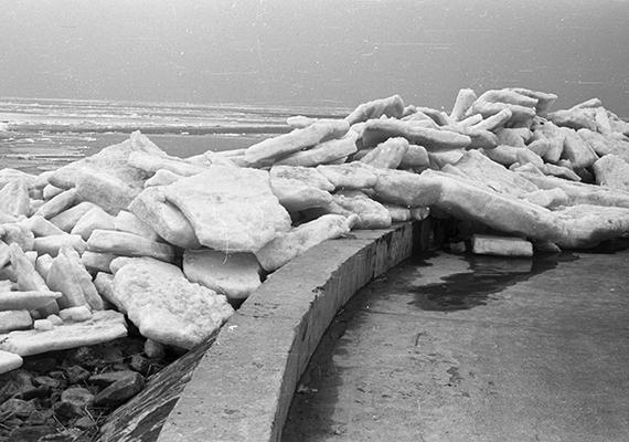 Mintha egy fagyos vízi szörny merészkedett volna ki a partra. A fotó 1966-ban készült Siófokon.