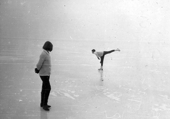 Korcsolyázók Balatonszemesen, 1966-ban.