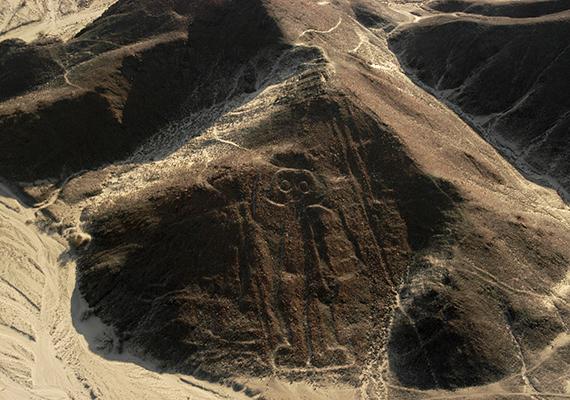 A tizokzatos Nazca-vonalak                         A perui Nacza-vonalak rejtélyét sokan kutatják. A legelterjedtebb nézet, hogy a számos állat-, növény- és geometriai rajz valójában a csillagok és csillagképek helyzetét jelzi az év különböző időszakaiban, és a vetés, aratás idejének meghatározására használták őket, de abban is sokan hisznek, hogy földönkívülieket ábrázolnak, vagy földönkívüliek készítették őket. Josh egy kandeláber formájú alakzatot vizsgál, és néhány tudóssal konzultálva arra jut, hogy az eddig ritkábban emlegetett teória lesz az igaz, vagyis, hogy az ábrák a víz irányába mutatnak, és valószínűleg föld alatti, vizet rejtő alagutak térképei. A képen a híres asztronauta-alakzat látható.