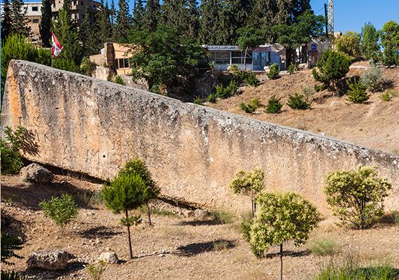 A híres baalbeki terasz kövei amellett, hogy a világ legnagyobb monolitjait, vagyis kifaragott, egy darabból álló, nem összerakott köveit jelentik, mérnöki pontossággal vannak egymás mellé illesztve.