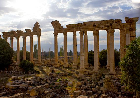 Vallási szerepét később, a római korban Héliopoliszként is megőrizte, a korábbi romokon a Római Birodalom egyik legjelentősebb szakrális építményegyüttesét hozták létre.