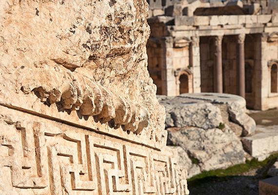 A tudósok szerint Baalbek területe már ötezer évvel ezelőtt is lakott lehetett, emellett úgy vélik, már a korai időkben is fontos szakrális szerepe volt, jóshelyként funkcionálhatott.