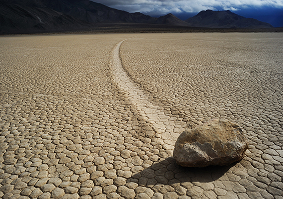 A kaliforniai Death Valley Nemzeti Park vándorló vagy vitorlázó kövei sokáig tartották lázban a kutatókat, ugyanis igazi rejtélynek számított, miként képesek a sivatagban mozogni, csíkot húzva maguk után. Voltak, akik paranormális jelenségeket emlegettek, míg mások mágneses erőket, egyre biztosabbá válik azonban, hogy a jelenséget a szél és a jég együttes ereje okozza, az alattuk megolvadó jégrétegen ugyanis a szél könnyen elmozdíthatja a köveket.