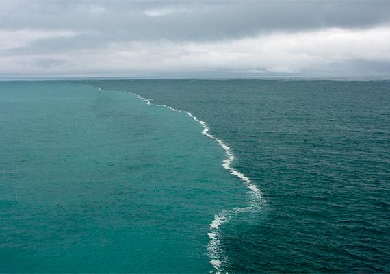 Ebben az esetben nem konkrétan a jelenség, hanem maga a kép vetett fel számos kérdést, villámgyorsan terjedt ugyanis el az interneten, hogy a fotós azt a látványos természeti jelenséget örökítette meg, ahogy a Balti- és az Északi-tenger találkozik. Ez azonban nem igaz, a kép ugyanis az Alaszkai-öbölben készült, a határvonal pedig nem más, mint az olvadó gleccserek friss vizének, illetve az óceán sós vizének elválása. Ide kattintva minderről bővebben is olvashatsz.